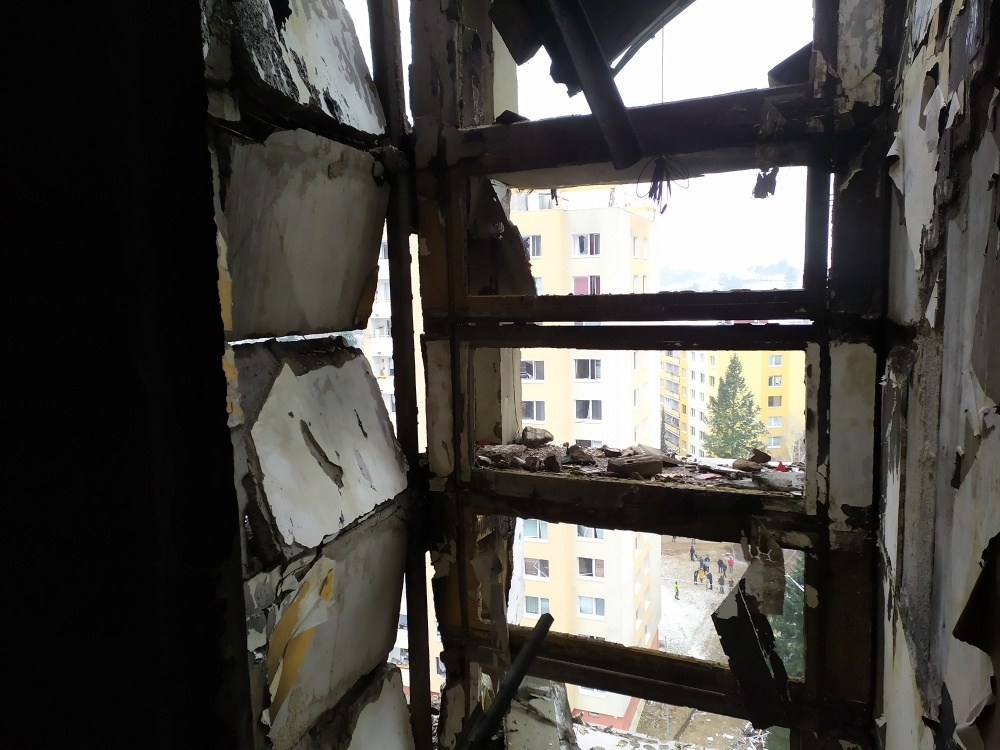 FOTO: Aktuálne zábery priamo z bytovky zasiahnutej výbuchom plynu, foto 3