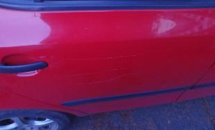 Poškriabané auto pred ÚPSVaR v Snine