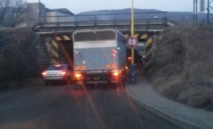 Nákladný automobil sa nevošiel pod most